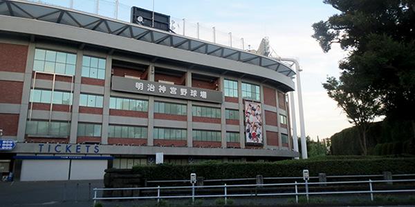 外苑前駅最寄りにある神宮球場