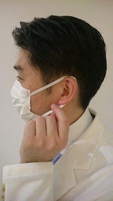 補聴器をしたままマスクの下側のゴムを掴んだ状態